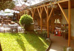 Ruhiger Biergarten mit Terrasse inmitten der Natur