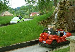 Parkanlage mit Elektro-Go-Kartbahn und Kinderautoscooter