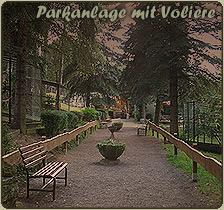 Beim Ausflug in den Freizeitpark die Parkanlage mit der Voliere vorfinden